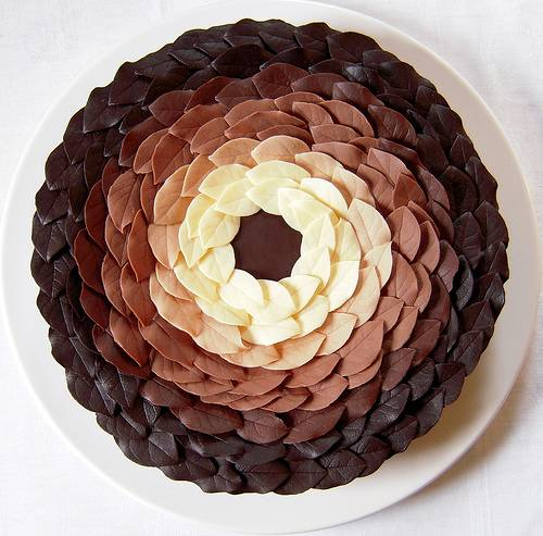 Как украсить торт шоколадом в домашних условиях: различные узоры и варианты покрытия своими руками + фото и видео