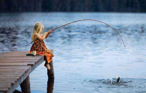 Сонник ловить рыбу на удочку девушке