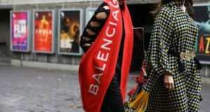 Бренд Balenciaga выпустил салатовые шлепанцы за$670