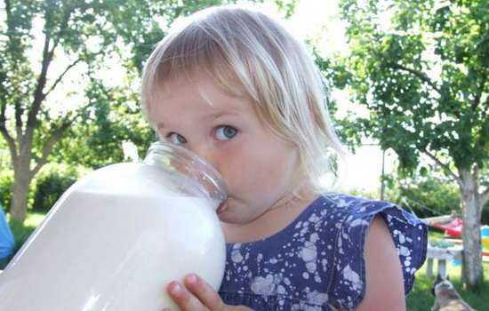 Можно ли козье молоко детям: особенности и рекомендации.