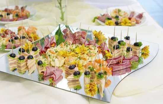 Закуски на фуршетный стол: рыбные, мясные, сырные, грибные, ягодные.