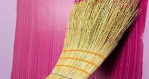 Как стильно покрасить стены без затрат: используем целлофан, веник, обычную тряпку.