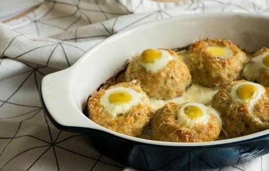 Гнезда из фарша с яйцом в духовке – альтернатива котлетам